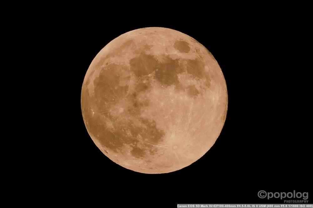 望遠レンズで撮影した満月